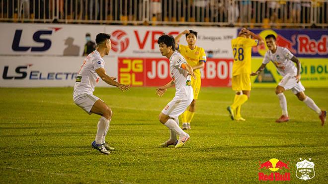 CĐV tranh cãi nảy lửa về quả penalty phút cuối giúp HAGL hạ Nam Định