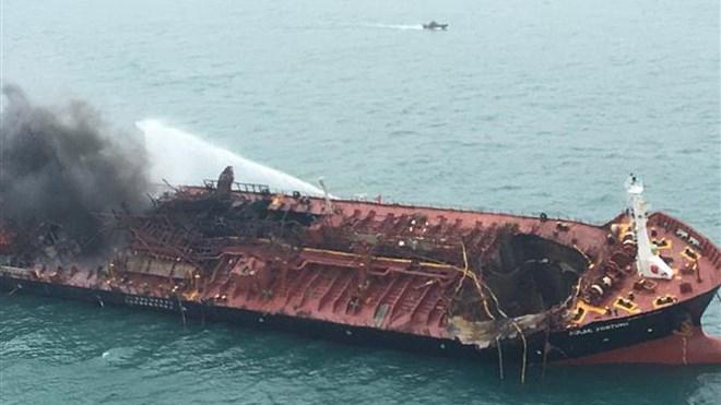 Tìm kiếm nạn nhân vụ tàu chở dầu Việt Nam bốc cháy ngoài khơi Hong Kong