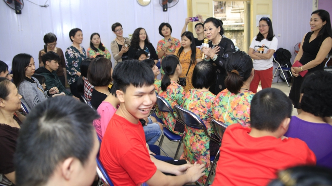Danh ca Khánh Ly thăm trẻ khuyết tật Hà Nội trước live concert 'Người về bỗng nhớ'
