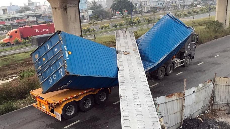 Xe container kéo sập dầm bê-tông cầu bộ hành đang thi công tại TP HCM