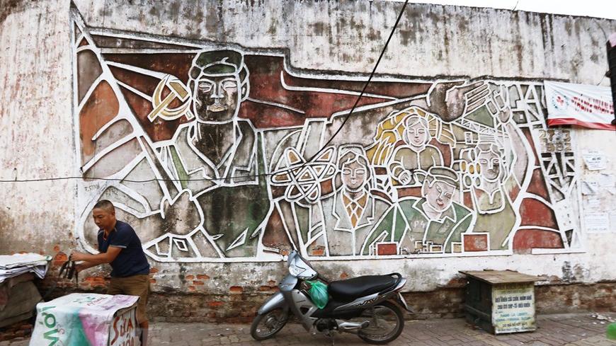 Hai bức tranh tường tại Chợ Mơ, Hà Nội: Không chỉ là tranh cổ động…