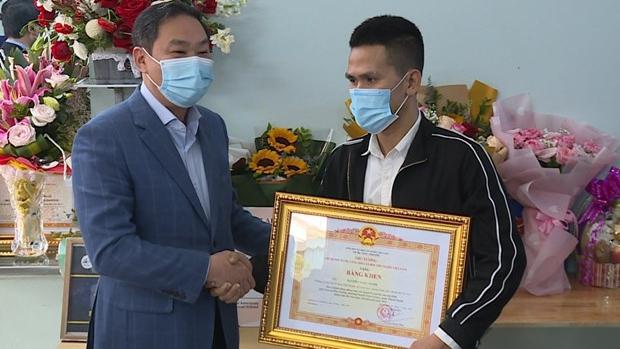 Trao Bằng khen của Thủ tướng Chính phủ tặng anh Nguyễn Ngọc Mạnh