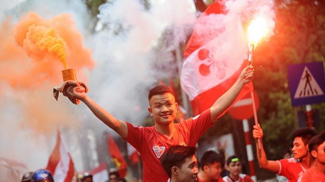 CĐV Hải Phòng muốn 'đặc cách' cho pháo sáng, Kiatisak có thể tái xuất tại Muangthong