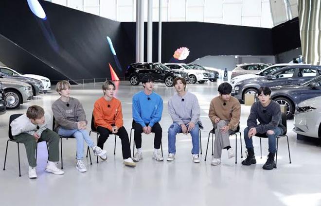 BTS, Jungkook, Jungkook một mình một kiểu, Jungkook mặc lệch pha với BTS