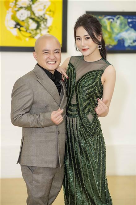 NTK Cao Minh Tiến và diễn viên Phương Oanh trong buổi khai mạc triển lãm