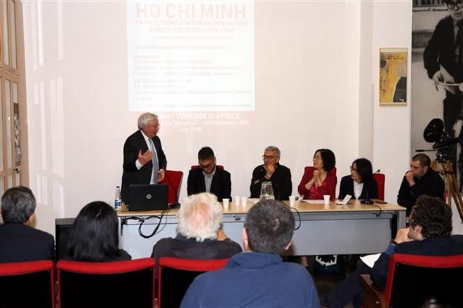 Trong ảnh: Thượng nghị sĩ, Chủ tịch AAMOD, ông Vincenzo Maria Vita phát biểu tại buổi giới thiệu sách. Ảnh: Ngự Bình-Pv TTXVN tại Italy