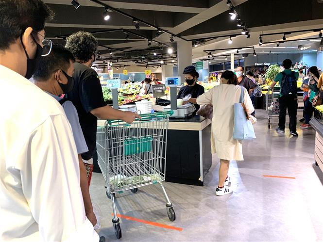 Trong ảnh: Người dân ở thủ đô Bangkok đi mua sắm đông hơn khi các biện pháp phong tỏa dần được nới lỏng. Ảnh: Ngọc Quang – PV TTXVN tại Thái Lan.