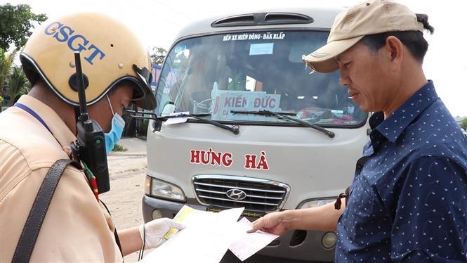 Trong ảnh: Lực lượng Cảnh sát giao thông Công an tỉnh Bình Dương ra quân tổng kiểm soát phương tiện giao thông cơ giới đường bộ. Ảnh : Nguyễn Văn Việt- TTXVN
