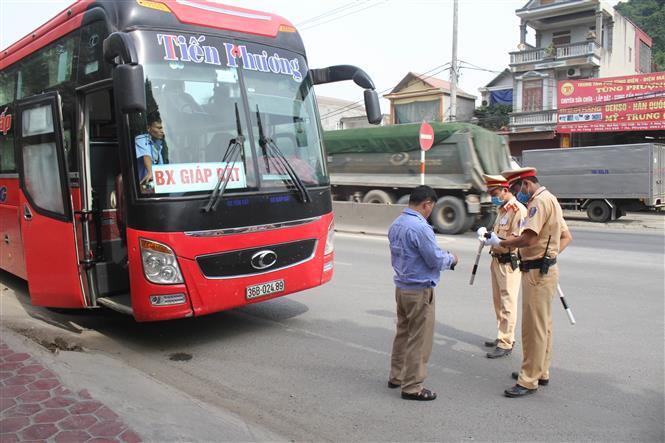 Trong ảnh: Lực lượng cảnh sát giao thông Ninh Bình tổng kiểm soát phương tiện giao thông. Ảnh: Thùy Dung - TTXVN
