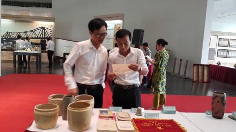 Khách tham quan gian trưng bày các hiện vật được hiến tặng cho Bảo tàng Hà Nội. Ảnh: Đinh Thị Thuận - TTXVN