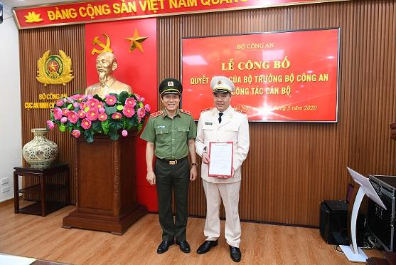 Thứ trưởng Lương Tam Quang chúc mừng Thiếu tướng Đặng Ngọc Tuyến.