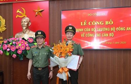 Thứ trưởng Lương Tam Quang trao quyết định và chúc mừng Trung tướng Nguyễn Khắc Khanh.