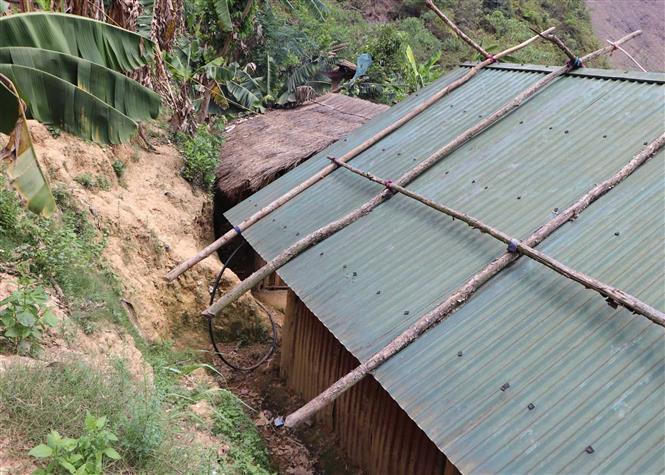 Trong ảnh: Những ngôi nhà tạm bợ tại bản Chà Dì xã bum Tở mỗi khi mưa xuống khiến cho người dân luôn sống trong cảnh bất an. Ảnh: Quý Trung – TTXVN