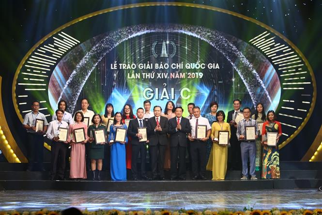 Trong ảnh: Ban tổ chức trao giải C cho các tác giả đoạt giải. Ảnh: Minh Quyết - TTXVN