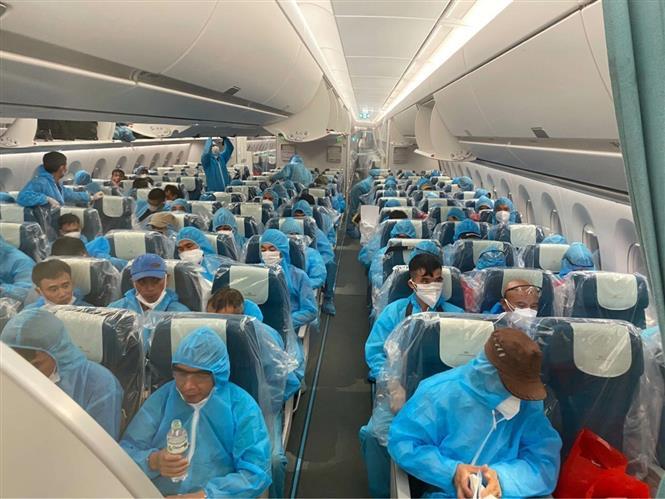 Trong ảnh: Các công dân trên chuyến bay của Hãng Hàng không Việt Nam (Vietnma Airlines) mang số hiệu VN6. Ảnh: TTXVN/phát