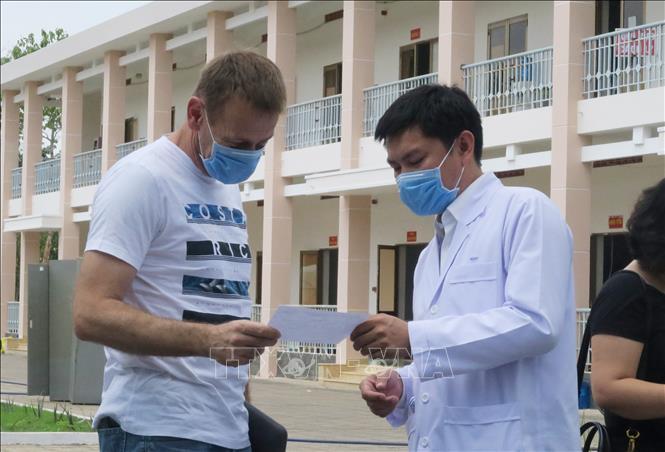 Bác sĩ trao giấy ra viện cho bệnh nhân số 53 tại TP.Hồ Chí Minh