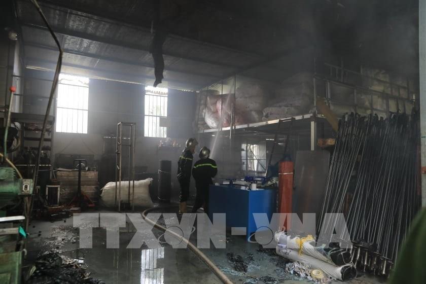 Hiện trường vụ cháy sáng 30/6/2020 tại khu vực kho hàng thuộc cảng Đức Giang, quận Long Biên.. Ảnh: Nhật Anh/TTXVN