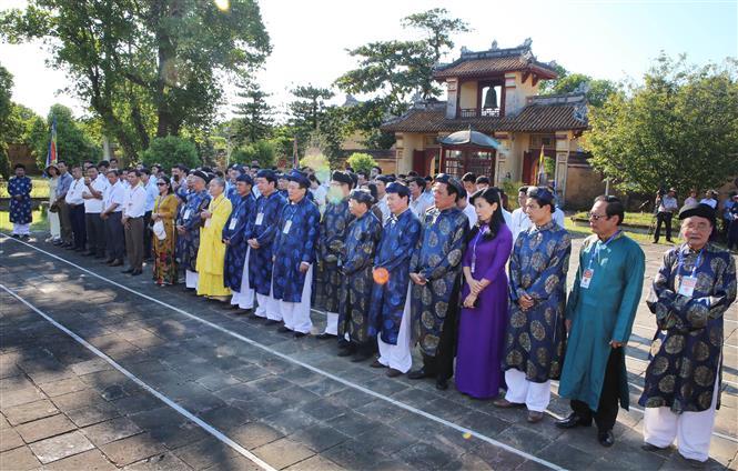 Trong ảnh: Đoàn đại biểu đại diện cho nhân dân huyện Cam Lộ đến dâng lễ xin cung thỉnh Long vị Hoàng đế Hàm Nghi và các nghĩa sỹ Cần Vương tại Thế Tổ miếu trong Hoàng thành Huế. Ảnh: Hồ Cầu-TTXVN