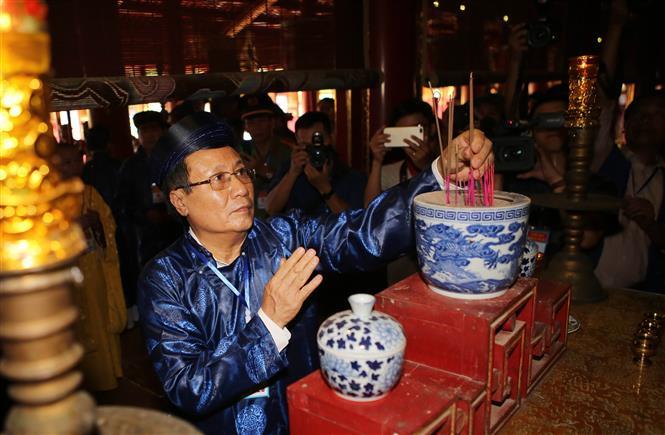 Trong ảnh: Ông Hà Sỹ Đồng, Phó chủ tịch UBND tỉnh Quảng Trị dâng hương xin rước bài vị Hoàng đế Hàm Nghi và các nghĩa sỹ Cần Vương tại Thế Tổ miếu trong Hoàng thảnh Huế. Ảnh: Hồ Cầu-TTXVN