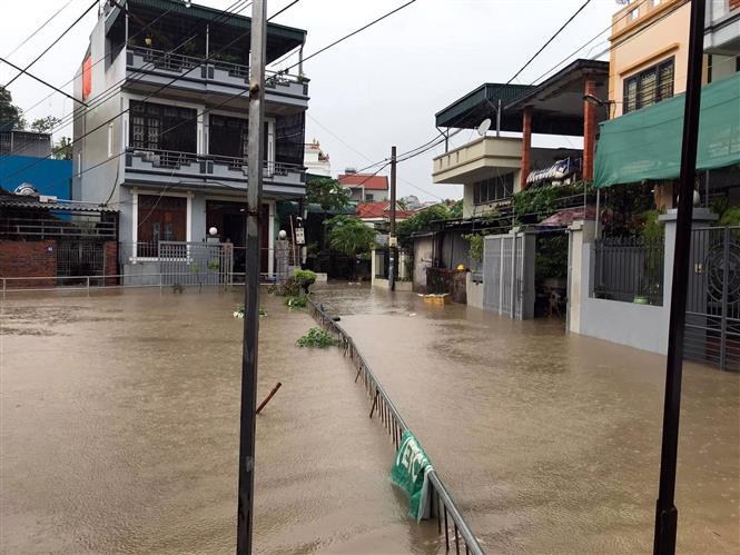 Mưa lớn gây ngập lụt ở khu 1, phường Cao Xanh, thành phố Hạ Long. Ảnh: TTXVN
