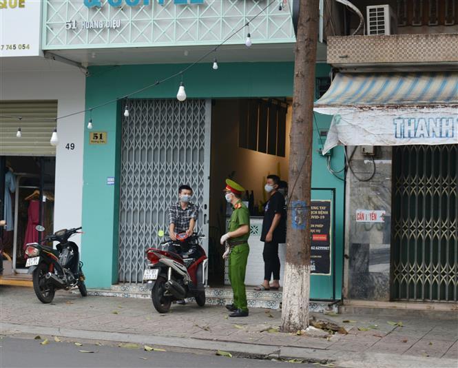 Trong ảnh: Cơ quan chức năng thông báo đến người dân về việc khoanh vùng cách ly khu dân cư có bệnh nhân nhiễm COVD-19 tại đường Hoàng Diệu, phường Thắng Lợi. Ảnh: Tuấn Anh – TTXVN