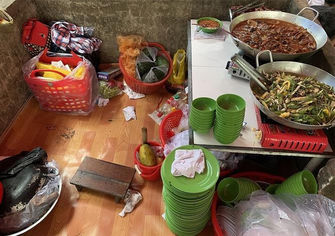 Thức ăn chuẩn bị sẵn ngay tại sới bạc để phục vụ các con bạc khi có nhu cầu. Ảnh: Công Mạo-TTXVN