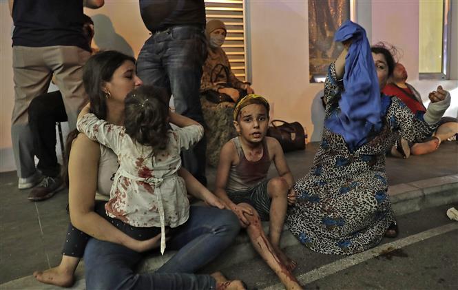 Trong ảnh: Nạn nhân bị thương trong vụ nổ ở Beirut, Liban, ngày 4/8/2020. Ảnh: AFP/TTXVN
