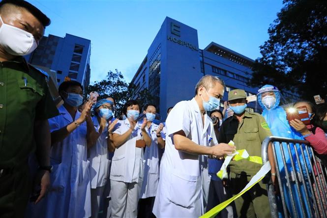 Trong ảnh: Ông Lê Ngọc Thành, Giám đốc Bệnh viện E (Hà Nội) thực hiện dỡ bỏ cách ly bệnh viện vào lúc 18 giờ 30 phút. Ảnh: Thành Đạt - TTXVN