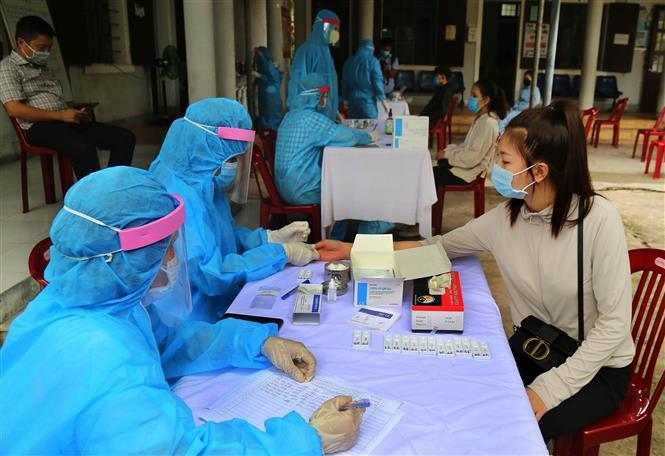 Trong ảnh: Các cán bộ y tế tiến hành xét nghiệm nhanh COVID-19 cho người dân ở thành phố Đông Hà trở về từ vùng có dịch. Ảnh: Hồ Cầu-TTXVN