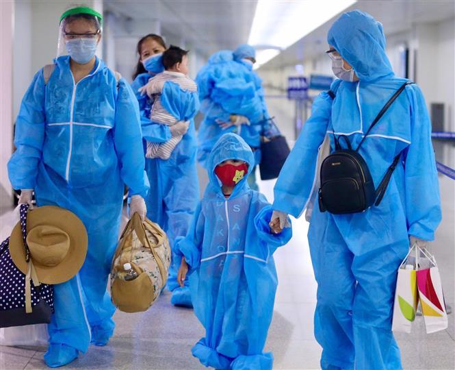 Trong ảnh: Toàn bộ hành khách, phi hành đoàn, nhân viên mặt đất đều được mặc đồ bảo hộ đảm bảo an toàn. Ảnh: Đinh Hằng – TTXVN