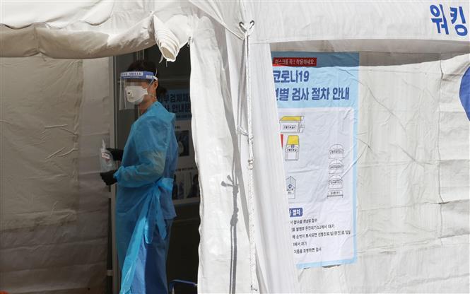 Nhân viên y tế làm việc tại điểm xét nghiệm COVID-19 dã chiến ở Seoul, Hàn Quốc, ngày 20/9/2020. Ảnh: Yonhap/ TTXVN