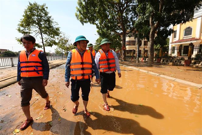 Bộ trưởng Bộ Kế hoạch đầu tư Nguyễn Chí Dũng cùng đoàn công tác tại huyện Lệ Thủy (Quảng Bình). Ảnh: Thành Đạt - TTXVN