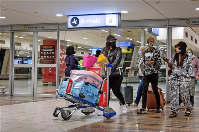 Hành khách đeo khẩu trang phòng lây nhiễm COVID-19 tại sân bay quốc tế OR Tambo, Johannesburg, Nam Phi, ngày 1/10/2020. Ảnh: THX/TTXVN