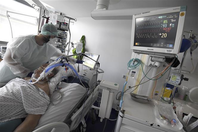 Nhân viên y tế chăm sóc bệnh nhân nhiễm COVID-19 tại Strasbourg, Pháp. Ảnh: AFP/TTXVN