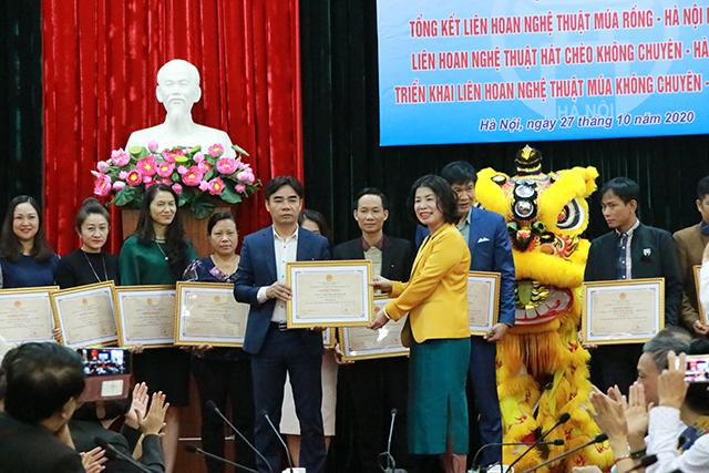 Phó Giám đốc Sở VHTT Hà Nội Trần Thị Vân Anh trao giải A cho các đơn vị đạt giải tại Liên hoan.
