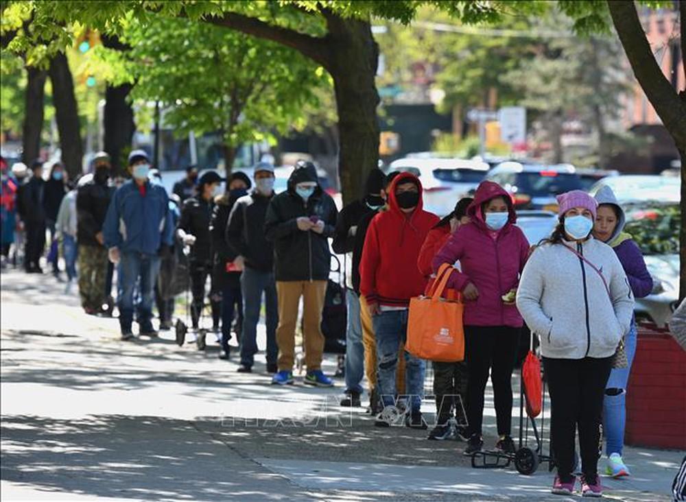 Người lao động bên ngoài Văn phòng Sở Lao động thành phố New York (Mỹ) ngày 8/5. Ảnh: THX/TTXVN