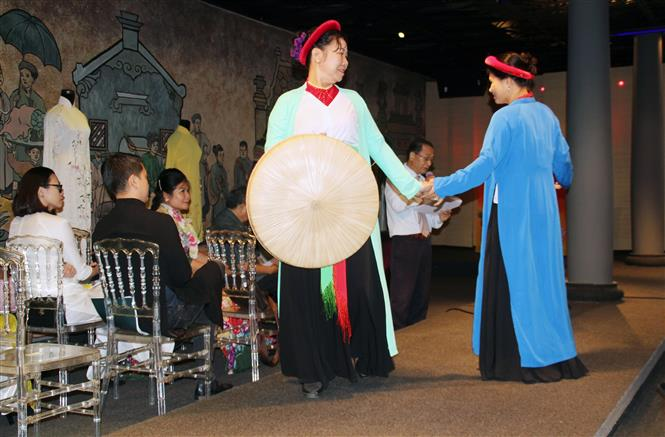 Nghệ sĩ trình diễn Áo dài tứ thân trong khuôn khổ Hội thảo. Ảnh: Mỹ Phương - TTXVN