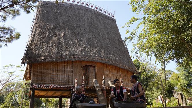 Trong ảnh: Anh Rơ Châm Van (ngồi giữa), 31 tuổi, dân tộc Jrai, sống tại làng Bồ 1, xã Ia Yok, huyện Ia Grai (Gia Lai) đam mê chỉnh chiêng từ bé. Ảnh: Hồng Điệp - TTXVN