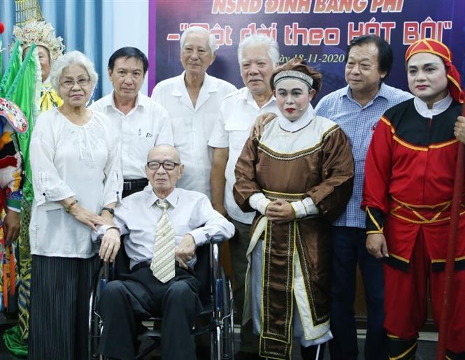 Nghệ sỹ nhân dân Đinh Bằng Phi chụp ảnh lưu niệm cùng Hội nghệ sỹ sân khấu Thành phố Hồ Chí Minh. Ảnh: Thu Hương - TTXVN