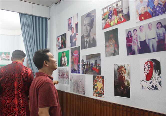 Khách mời xem hình ảnh, tư liệu về Nghệ sỹ nhân dân Đinh Bằng Phi tại triển lãm. Ảnh: Thu Hương - TTXVN
