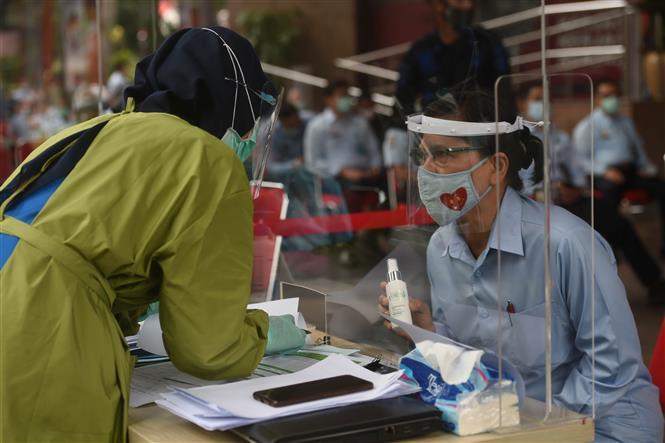 Một điểm xét nghiệm COVID-19 tại Jakarta, Indonesia. Ảnh: THX/TTXVN