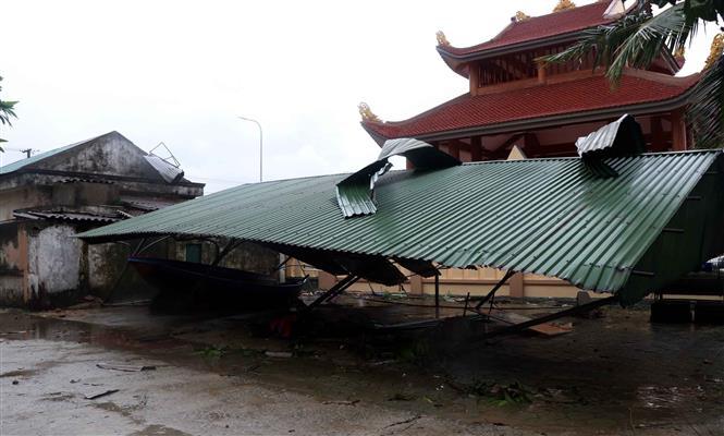 Một phần công trình UBND xã Thịnh Lộc, huyện Lộc Hà bị sập mái do lốc xoáy. Ảnh: Công Tường-TTXVN