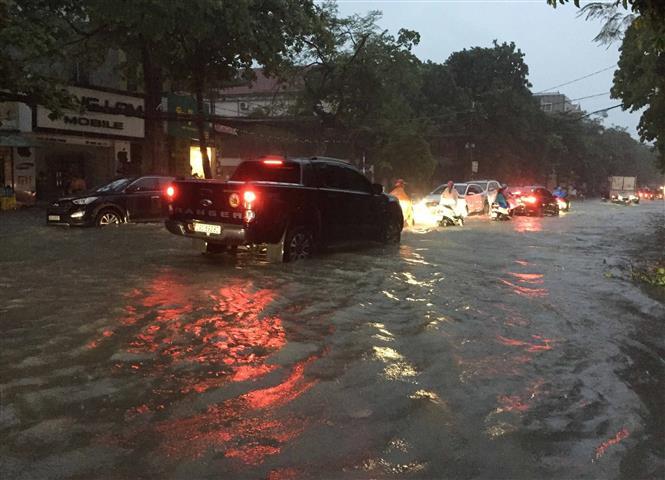 Mưa lớn khiến nhiều tuyến đường ở thành phố Vinh biến thành sông. Ảnh: Nguyễn Oanh-TTXVN