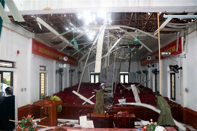 Hội trường UBND xã Thịnh Lộc huyện Lộc Hà bị tốc mái hoàn toàn. Ảnh: Công Tường-TTXVN