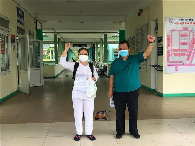 Trong ảnh: Bệnh nhân 1015, bệnh nhân cuối cùng điều trị tại Bệnh viện Phổi Đà Nẵng, được xuất viện. Ảnh: TTXVN phát