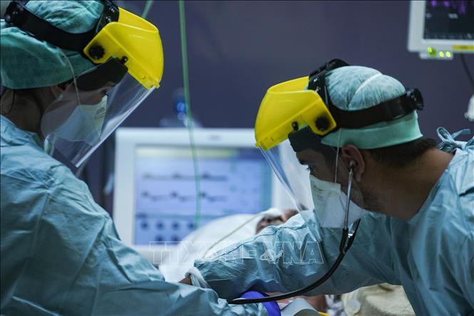 Nhân viên y tế điều trị cho bệnh nhân Covid-19 ở Bỉ