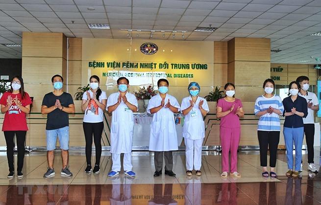 Các bác sỹ Bệnh viện bệnh nhiệt đới Trung ương chúc mừng bệnh nhân được công bố khỏi bệnh Covid-19 ngày 14-5. (Ảnh: Danh Lam/TTXVN)