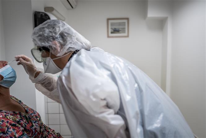 Nhân viên y tế lấy mẫu xét nghiệm COVID-19 tại Lyon, Pháp, ngày 22/9/2020. Ảnh: AFP/TTXVN
