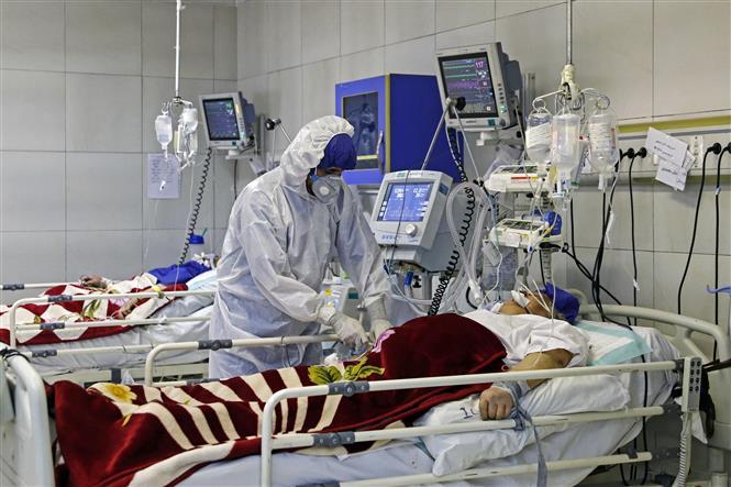 Nhân viên y tế điều trị cho bệnh nhân COVID-19 tại một bệnh viện ở Tehran, Iran ngày 1/3/2020. Ảnh: AFP/TTXVN