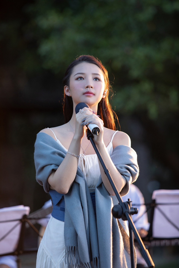 Nữ ca sĩ Amee